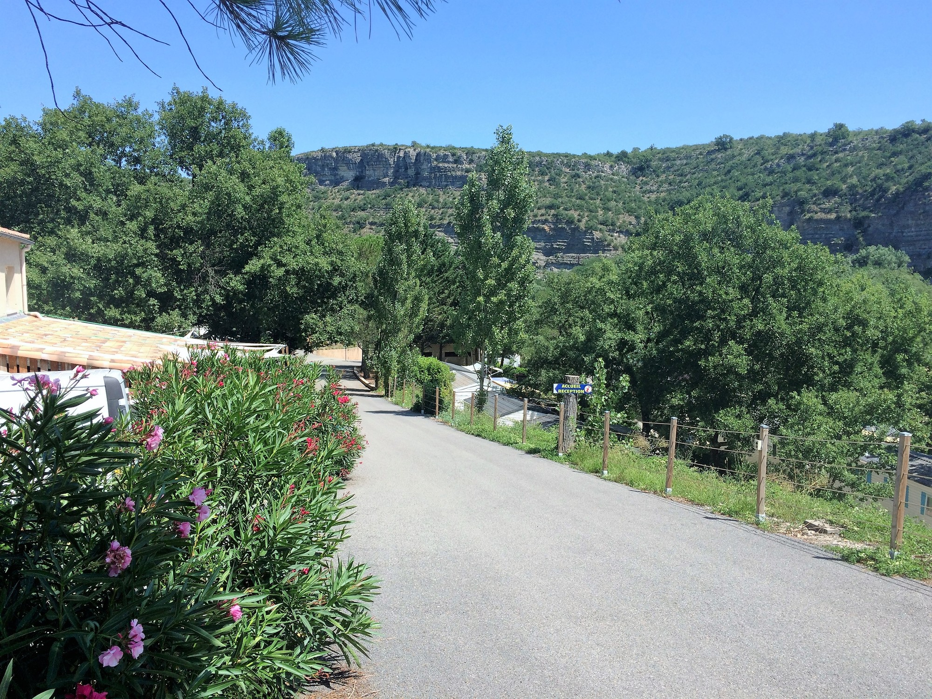 Entrée du Camping Résidentiel Le Moulinage (route des défilés de Ruoms, Sud Ardèche)